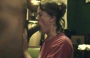 A menina marota enfia um vibrador vídeo pono anal na rata dela no cam.